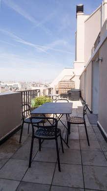 Terrasse calme et très lumineuse avec du carrelage au sol