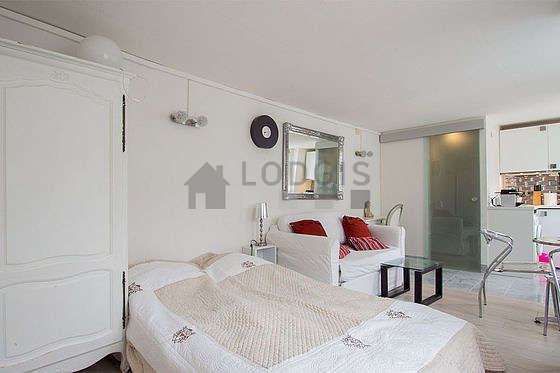 Quiet living room furnished with 1 sofabed(s) of 120cm, 1 bed(s) of 120cm, tv, closet