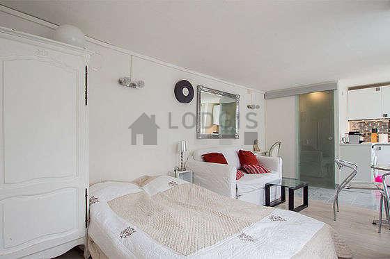 Séjour calme équipé de 1 canapé(s) lit(s) de 120cm, 1 lit(s) de 120cm, téléviseur, armoire