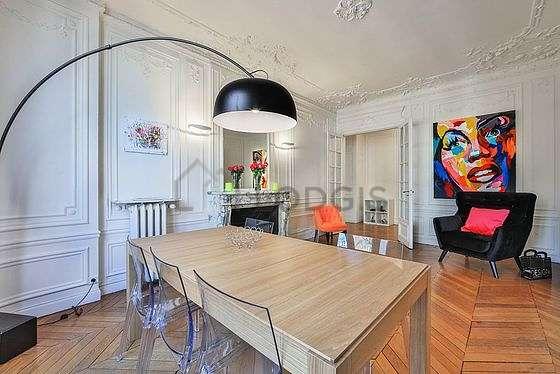 Salle à manger équipée de table à manger, cheminée