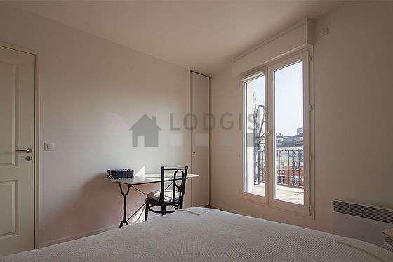 Chambre avec fenêtres double vitrage et balcon donnant sur jardin