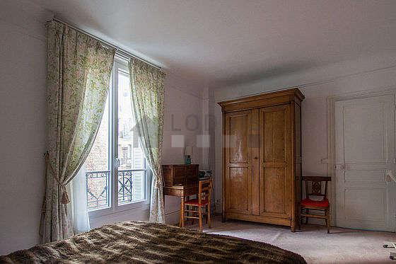 Chambre équipée de bureau, armoire, commode, 3 chaise(s)