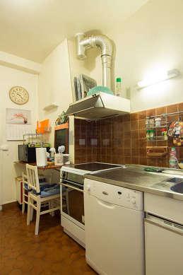 Cuisine équipée de vaisselle, tabouret