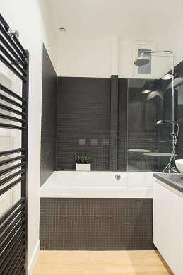 Agréable salle de bain avec fenêtres double vitrage et du parquet au sol