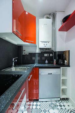 Cuisine équipée de lave vaisselle, plaques de cuisson, réfrigerateur, vaisselle