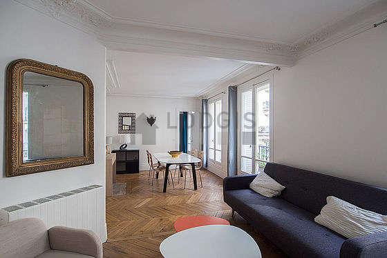 Séjour calme équipé de 1 canapé(s) lit(s) de 140cm, téléviseur, 2 fauteuil(s), 4 chaise(s)