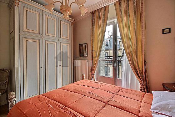 Chambre avec fenêtres double vitrage
