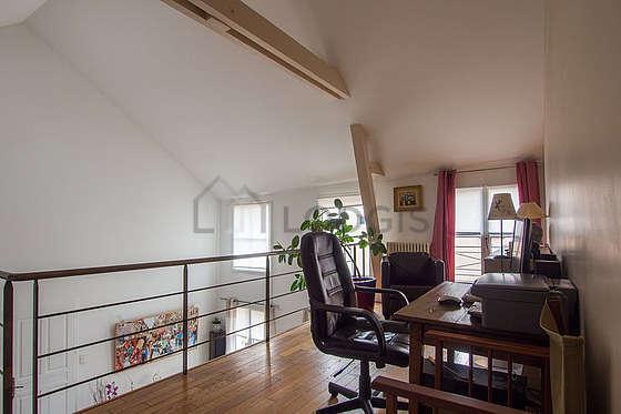 Beau bureau de 9m² avec du parquet au sol, équipé de 1 fauteuil(s)