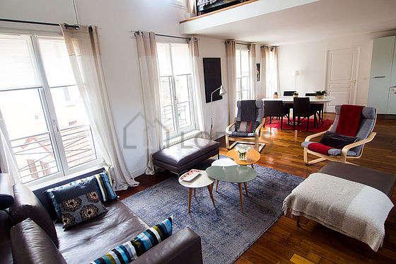 Séjour calme équipé de télé, chaine hifi, 1 fauteuil(s), 4 chaise(s)