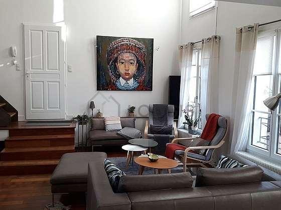 Grand salon de 49m² avec du parquet au sol