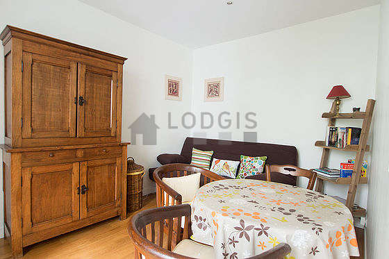 Séjour très calme équipé de 1 canapé(s) lit(s) de 140cm, table à manger, armoire, 3 chaise(s)