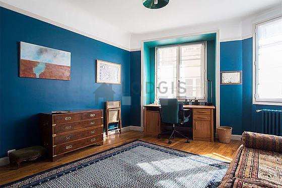 Chambre très lumineuse équipée de 1 fauteuil(s), 1 chaise(s)