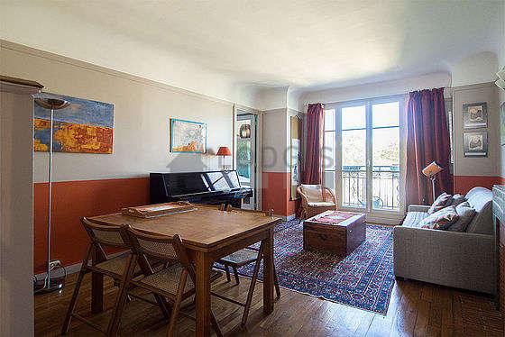 Séjour très calme équipé de 1 canapé(s) lit(s) de 140cm, téléviseur, 1 fauteuil(s), 4 chaise(s)