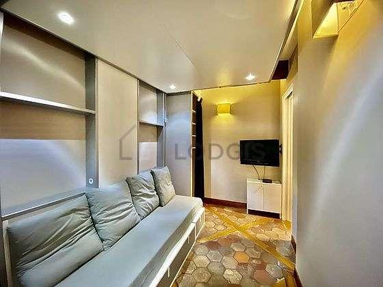 Bedroom of 6m² with floor tiles floor