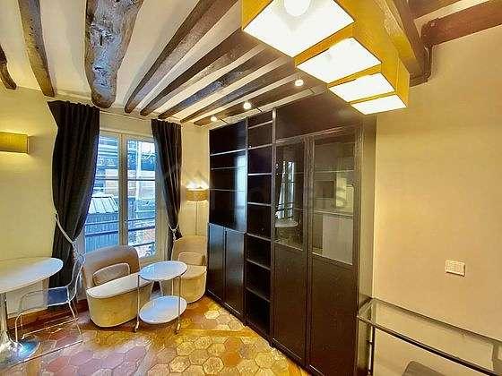 Living room of 8m² with floor tiles floor