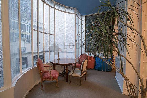 Bureau calme muni des fenêtres avec vue sur cour