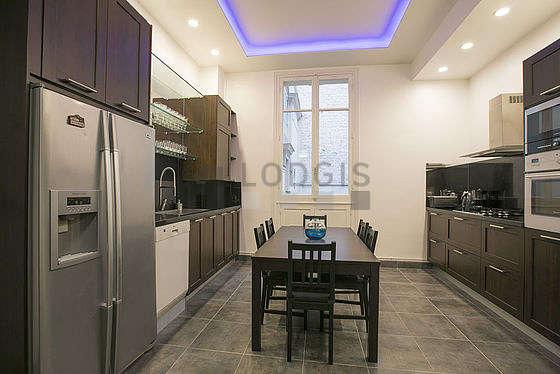 Belle cuisine de 23m² avec du carrelage au sol