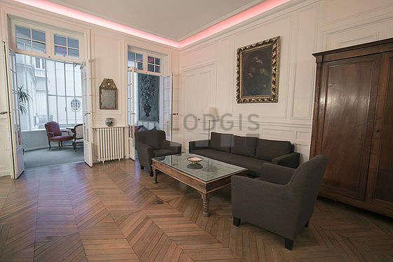 Grand salon de 28m² avec du parquet au sol
