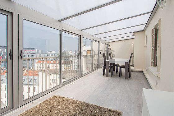 Superbe véranda de 27m² avec du parquet au sol et une vue sur rue