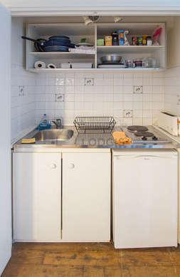 Cuisine de 0m² avec du carrelage au sol