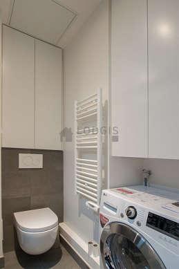 Agréable salle de bain avec du carrelage au sol