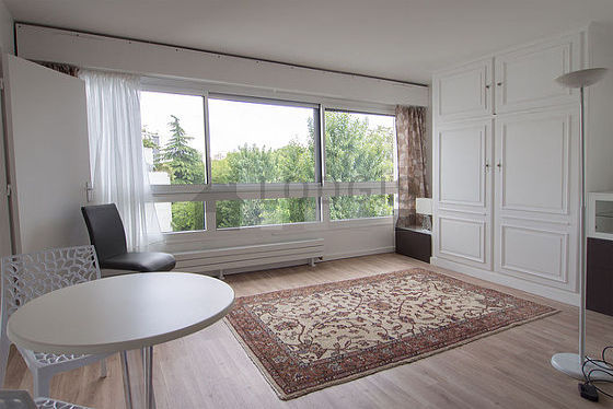 Séjour très calme équipé de 1 lit(s) de 140cm, téléviseur, placard, 3 chaise(s)