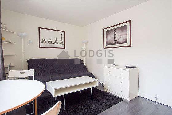 Séjour calme équipé de 1 lit(s) de 140cm, téléviseur, commode, 2 chaise(s)
