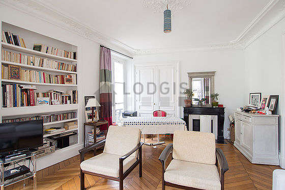 Beautiful very bright sitting room of an apartment in Paris