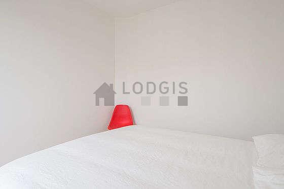 Chambre lumineuse équipée de placard, 2 chaise(s)