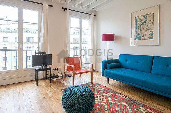 Séjour calme équipé de 1 canapé(s) lit(s) de 140cm, téléviseur, armoire, 3 chaise(s)