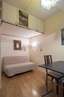 Chambre équipée de placard, 2 chaise(s)