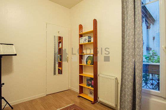 Chambre équipée de armoire, commode, table de chevet