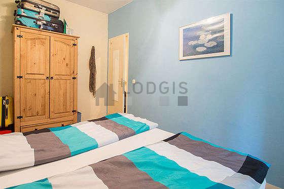Chambre équipée de armoire, commode, placard, table de chevet