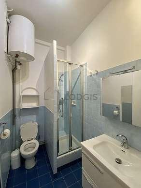 Salle de bain équipée de lave linge, sèche linge, placard