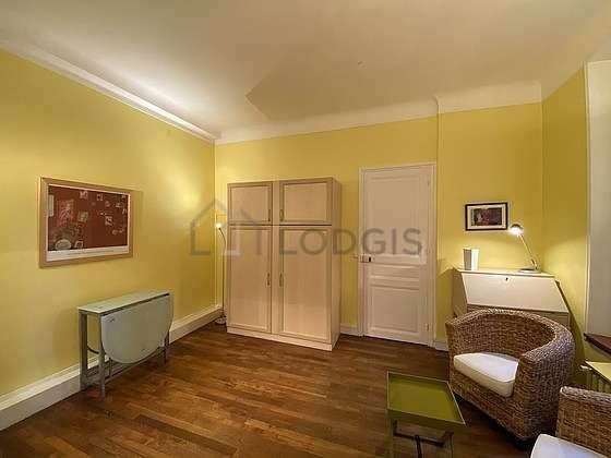 Séjour très calme équipé de 1 lit(s) armoire de 140cm, télé, 2 fauteuil(s), 4 chaise(s)