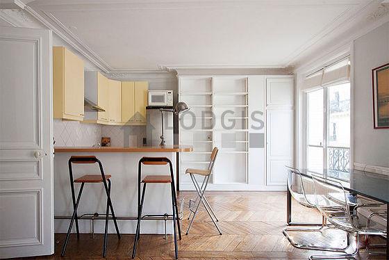 Séjour calme équipé de 1 canapé(s) lit(s) de 140cm, télé, placard, 1 chaise(s)
