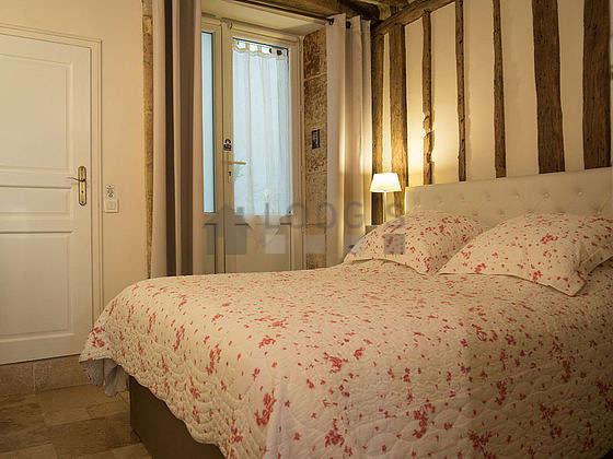 Chambre de 10m² avec du marbre au sol