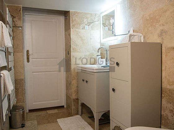 Agréable salle de bain avec fenêtres double vitrage et du marbre au sol
