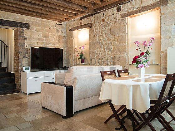 Grand salon de 24m² avec du marbre au sol
