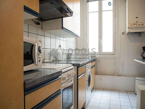 Kitchen of 6m² with tile floor