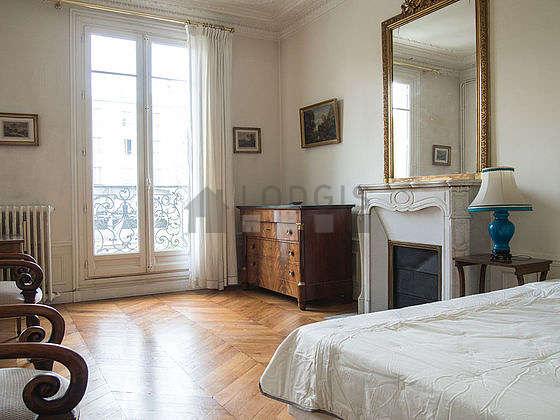 Chambre très lumineuse équipée de 2 fauteuil(s), table de chevet
