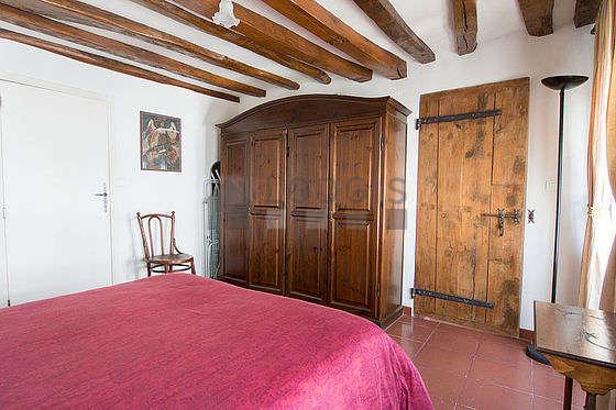 Chambre lumineuse équipée de armoire, 1 chaise(s)