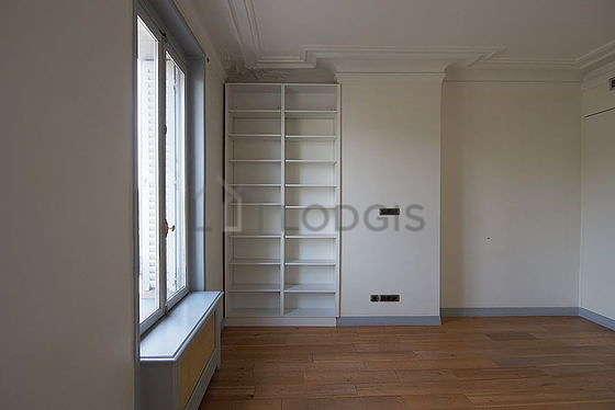 Bedroom of 17m² with wooden floor