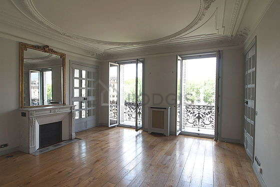 Living room furnished with air conditioning