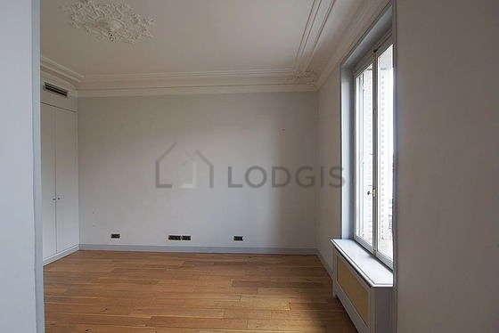 Chambre de 19m² avec du parquet au sol