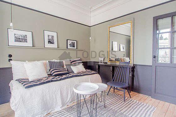 Séjour très calme équipé de 1 lit(s) gigogne de 180cm, télé, 1 fauteuil(s), 2 chaise(s)