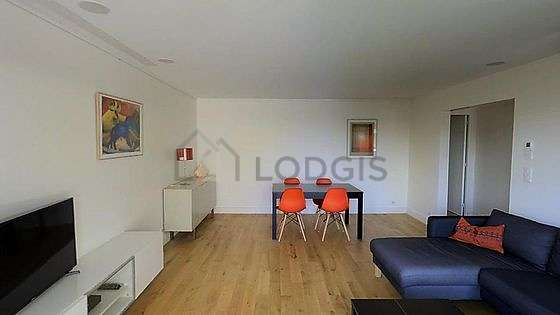 Large living room of 27m² with wooden floor
