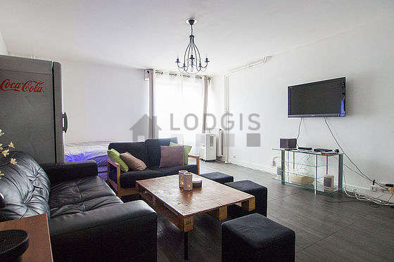 Quiet living room furnished with 1 bed(s) of 160cm, air conditioning, tv, cupboard