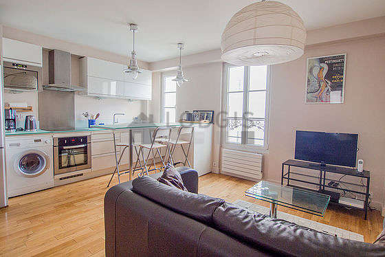 Séjour très calme équipé de 1 canapé(s) lit(s) de 130cm, table basse, armoire, commode