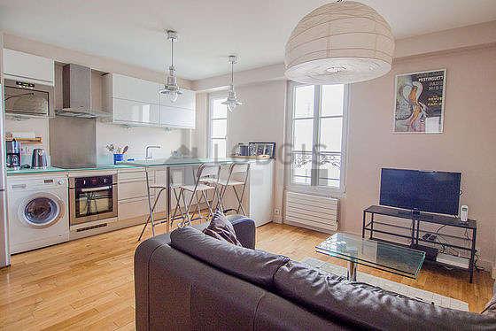 Séjour très calme équipé de 1 canapé(s) lit(s) de 130cm, télé, armoire, commode